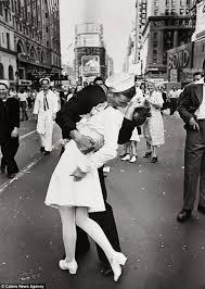 Il famoso bacio di Times Square il 14 agosto 1945, alla fine della seconda guerra mondiale
