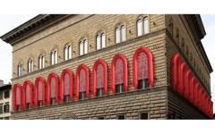 Firenze: gommoni rossi su Palazzo Strozzi. Il 23 settembre arriva la mostra di Ai Wei Wei.