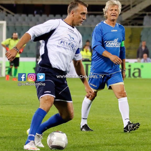 Batistuta e Antognoni, grandi campioni della Fiorentina, in azione durante la partita Mundial al Franchi