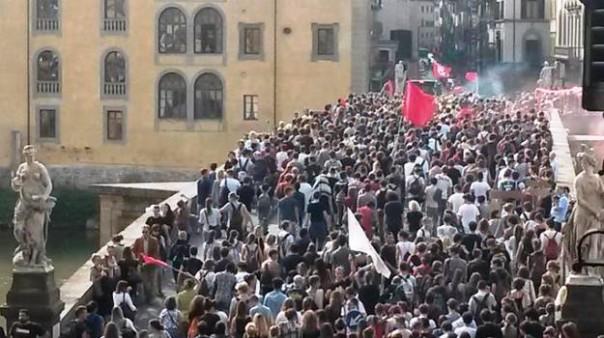 Studenti in corteo a Milano contro la Buona scuola del governo Renzi