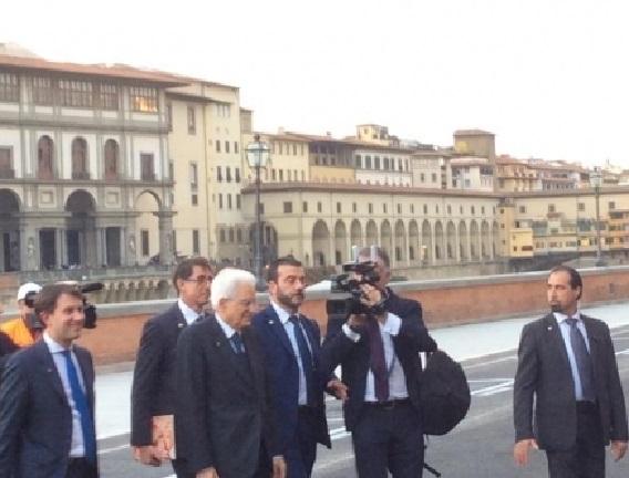 Il presidente della Repubblica Sergio Mattarella nel lungarno Torrigiani con il sindaco di Firenze Dario Nardella