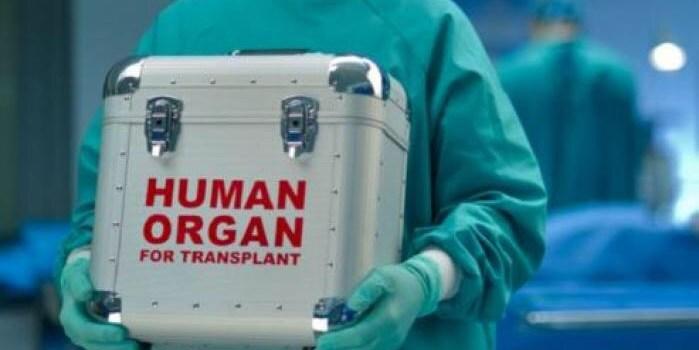 sanitario_transportando_una_caja_que_pone_organo_humano_para_trasplante