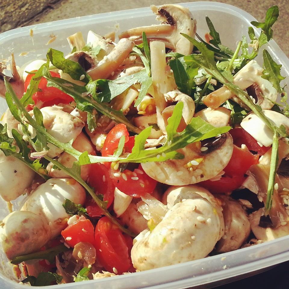 Rucola mit Thunfisch, Tomaten und Champignons