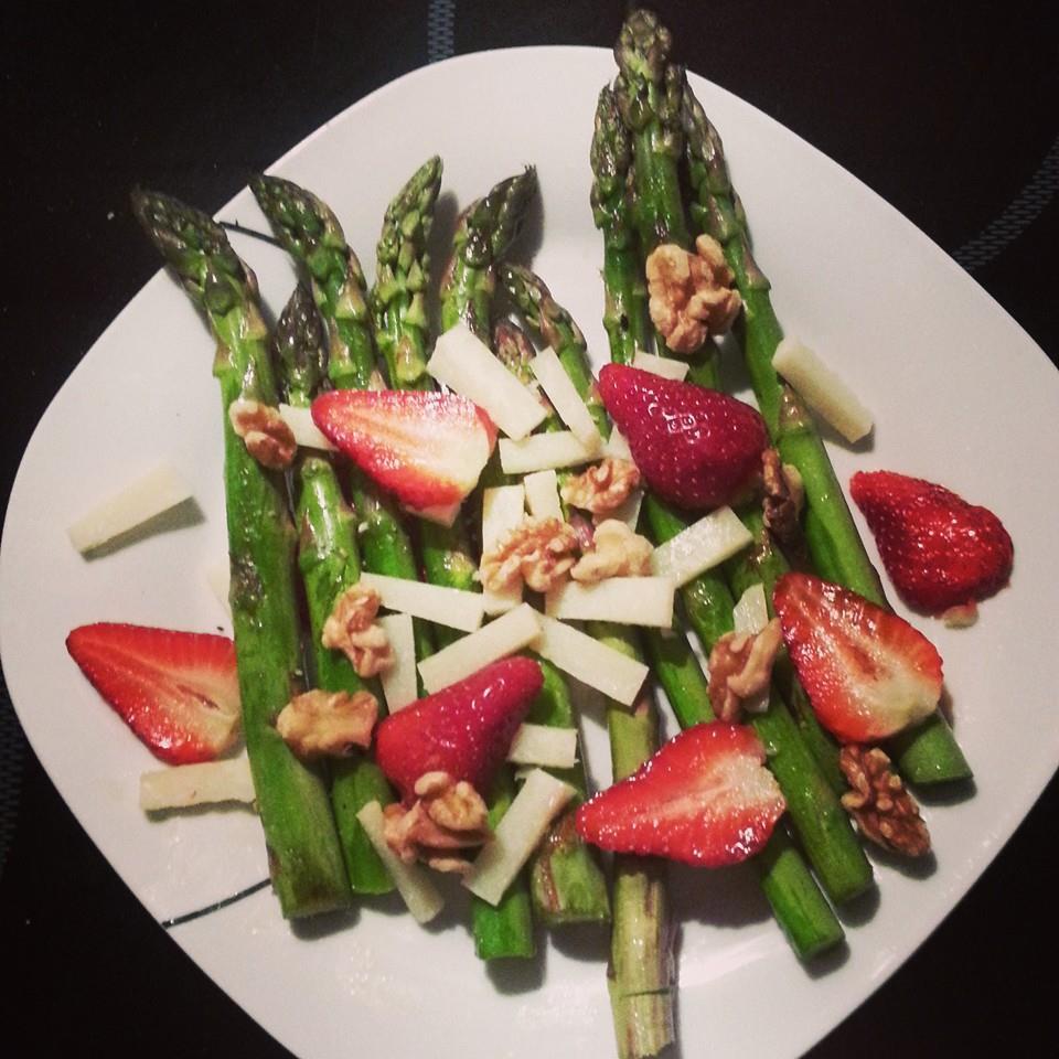 Grüner Spargel mit Erdbeeren, Walnüssen und Pecorino
