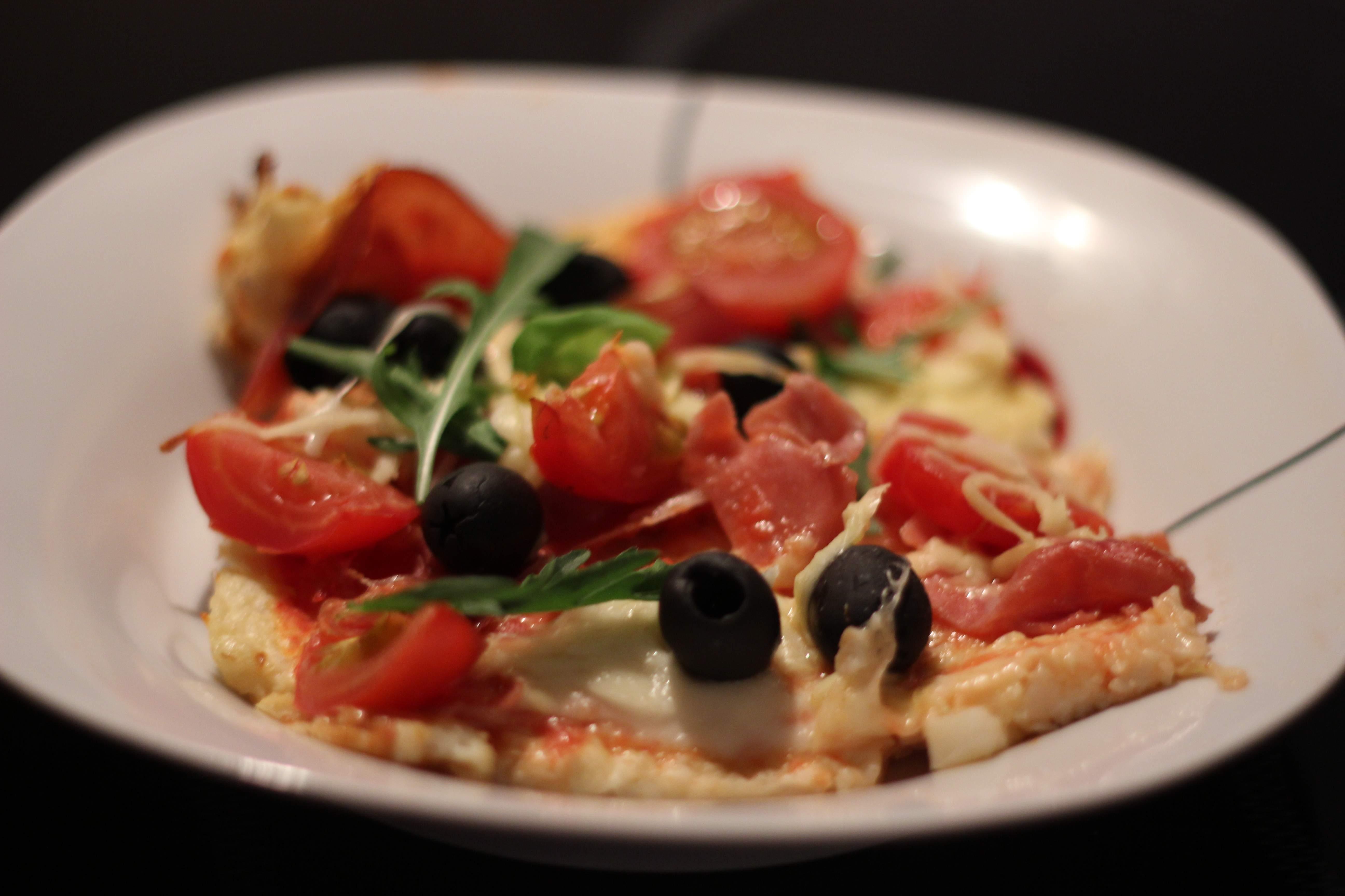 low carb pizza mit blumenkohl teig fitnessfood4u. Black Bedroom Furniture Sets. Home Design Ideas