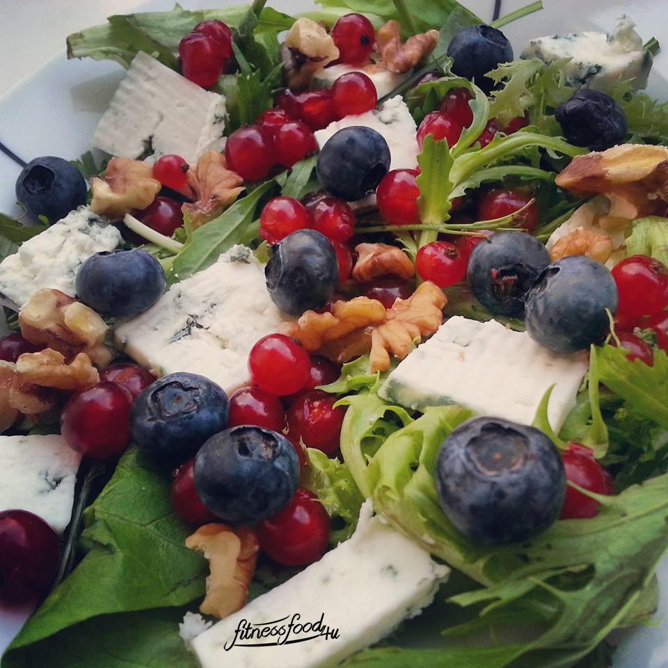 Nussig-Beeriger Salat mit Ziegenkäse