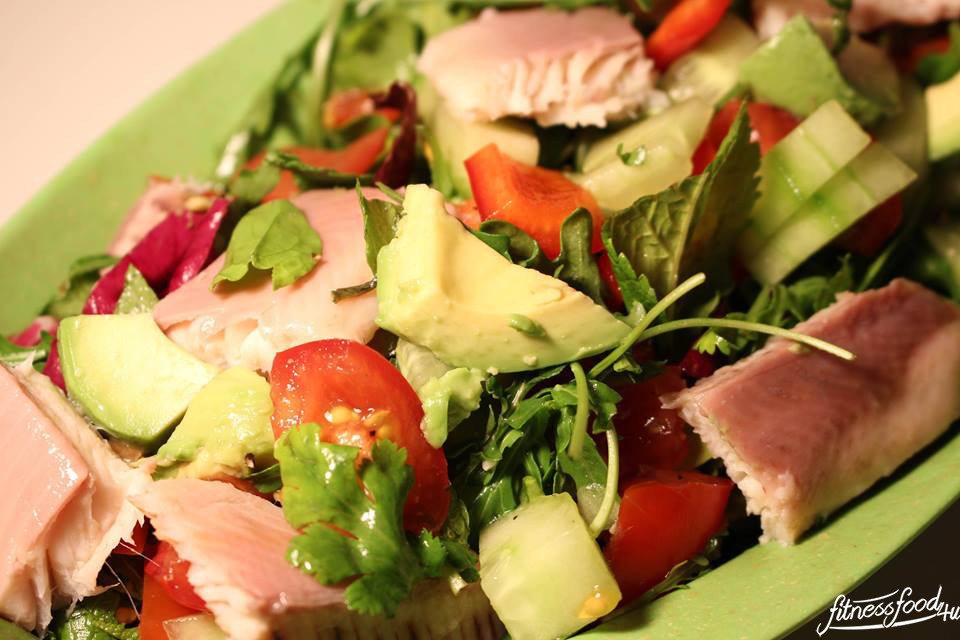 Salat mit Avocado und Forelle