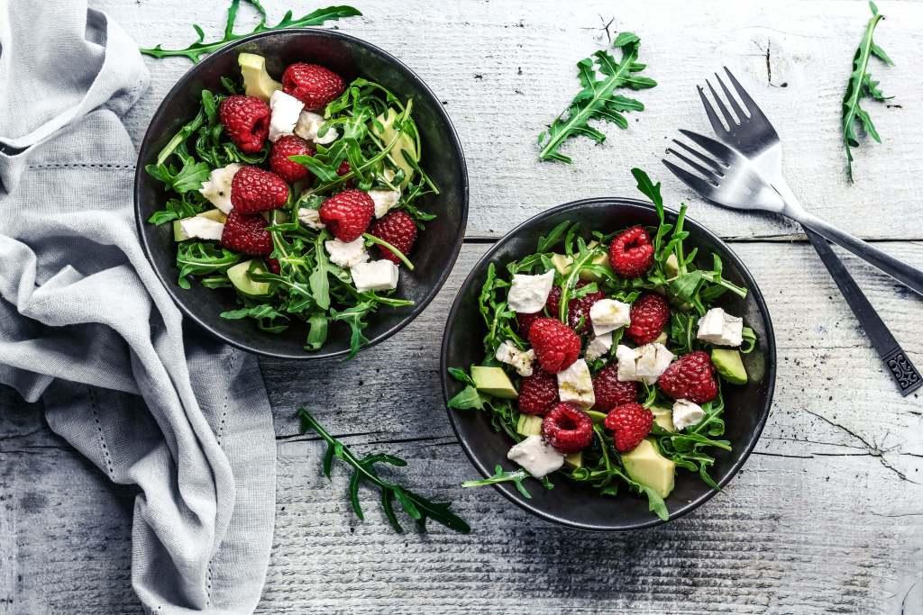 Salat mit Ziegenkäse Avocado und Himbeeren
