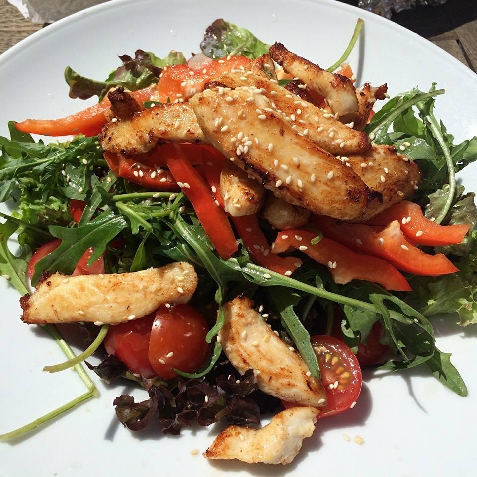 Fitnessfood Klassiker: Salat mit Putenbrust