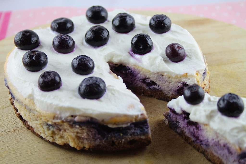 Low Carb Blueberry Cheesecake mit Schokoboden