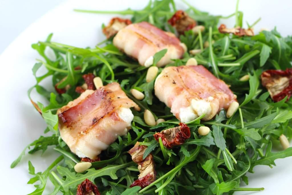 Rucola Salat mit Ziegenkäse im Speckmantel