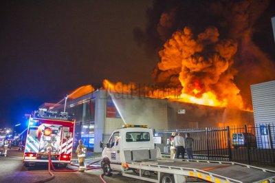Explosies en gewonde brandweermannen bij Zeer Grote Brand Ringersstraat Schiedam   Flashphoto NL