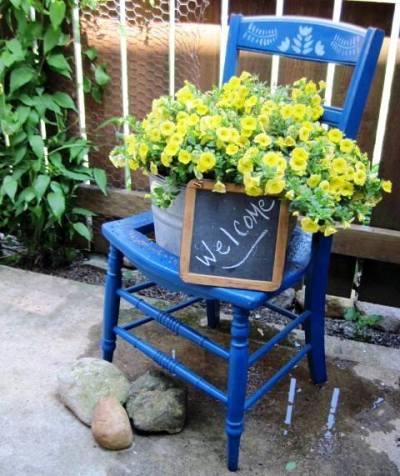 Jeanie Merritt's welcoming chalkboard frame is the finishing touch to this scene.