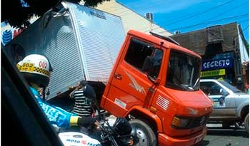 Caminhão-baú-trafegava-na-Avenida-Rui-Barbosa