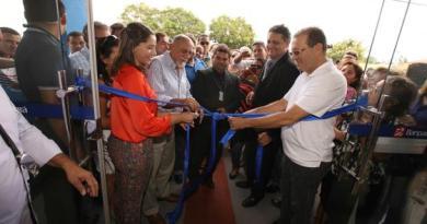 O governador Simão Jatene (e), o presidente da Alepa, Márcio Miranda (d), secretários estaduais e municipais e outras autoridades no momento da inauguração da agência