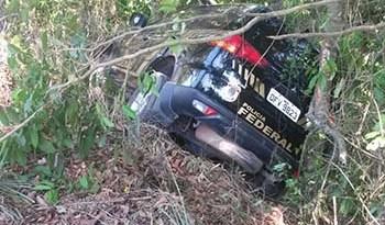 Viatura da PF ficou presa entre duas árvores  (O Impacto)