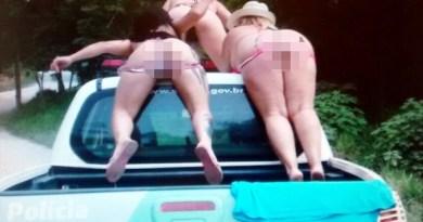 Mulheres foram fotografadas seminuas em cima de viatura da Polícia Ambiental (Foto: Reprodução)