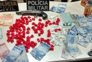 A Polícia apreendeu drogas, dinheiro e uma arma   artesanal no local. (Foto: Divulgação/Polícia Civil)