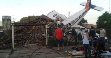 Avião cai em cima de casa e piloto morre em Luziânia, Goiás (Foto: Fayda Chiarella/TV Anmhanguera)
