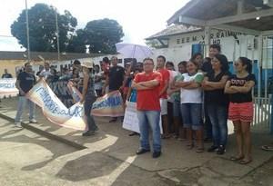 Servidores de Juruti em greve fizeram uma  passeata nesta quinta (Foto: Valéria Campos)