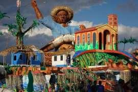 Alegorias de fora do bumbódromo onde é realizado o Festival Folclórico de Parintins (Graziele Bezerra/Agência Brasil)