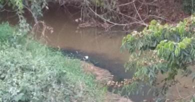 Agua escura- Esgoto caindo sem tratamento poluindo o córrego