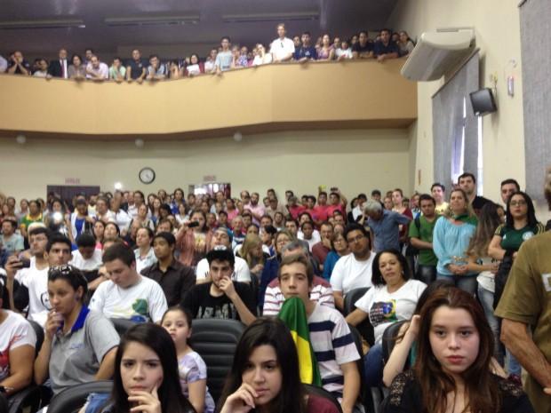 População pressiona e vereadores reduzem salário para R$ 970