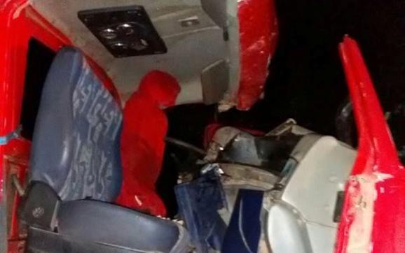 Cabine do caminhão ficou destruída após colisão (Foto: Via WhatsApp)
