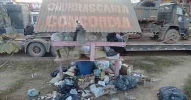 Lixo acumulado na avenida Isaías Antunes