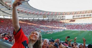 Ronda Rousey faz uma selfie com torcedores do Flamengo no Maracanã - Staff Imagens/Divulgação