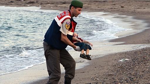 A imagem do corpo do menino Aylan chocou o mundo  -Policial recupera corpo de bebê afogado na costa da Turquia.