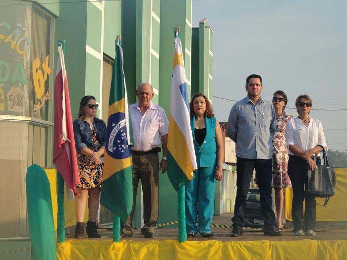 Palanque Oficial (Prefeito Esposa,Secretario de Administração) Foto-Juliano Simionato.