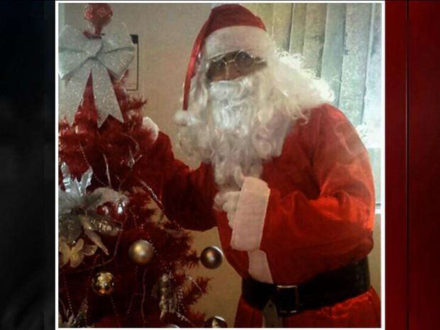 Ele se vestiu de Papai Noel.