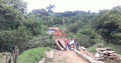 Vicinal Celeste , moradores se uniram para construir uma ponte.