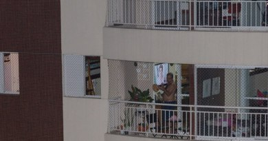 Morador de condomínio na zona leste de São Paulo bate panela durante pronunciamento de DIlma Paulo Lopes/Futura Press