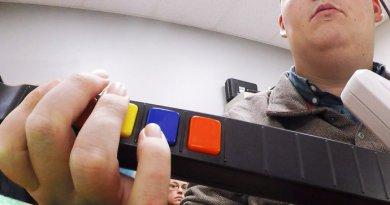 O americano Ian Burkhart, de 24 anos, tetraplégico há seis anos, joga o game 'Guitar Hero'(The Ohio State University Wexner Medical Center/Battelle/Reuters)
