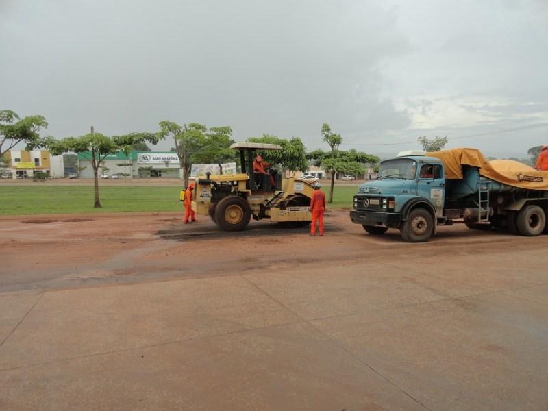 """Funcionários da empresa """"Pavienge Engenharia"""" testanto equipamentos na avenida Orival Prazeres"""