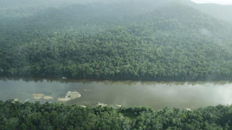 Image copyright Marcos Wesley/ISA Image caption Mesmo após demarcação, exploração continuou (à esq., balsas no Rio Uraricoera)