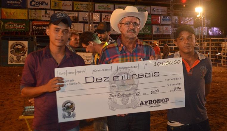 Presidente da APRONOP pagando premiação para os ganhadores do bingo em dinheiro