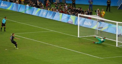 2016 Rio Olympics - Soccer - Final - Men's Football Tournament Gold Medal Match Brazil vs Germany - Maracana - Rio de Janeiro, Brazil - 20/08/2016. Goalkeeper Weverton (BRA) of Brazil saves a penalty shot by Nils Petersen (GER) of Germany. REUTERS/Leonhard Foeger TPX IMAGES OF THE DAY FOR EDITORIAL USE ONLY. NOT FOR SALE FOR MARKETING OR ADVERTISING CAMPAIGNS. - RTX2MD3T