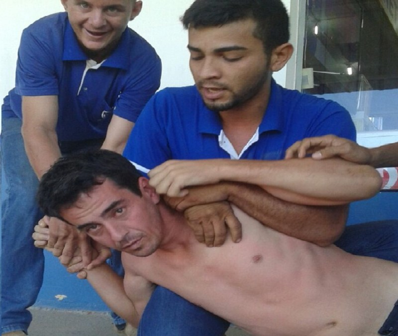 Funionaros seguraram Rogério entregaram para policia.