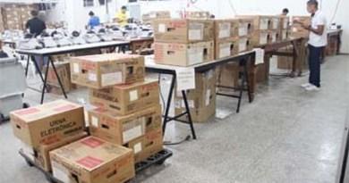 Urnas-eletrônicas-sendo-preparadas-e-enviadas-aos-municípios