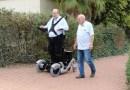 Nova cadeira de rodas permite que usuários levantem .