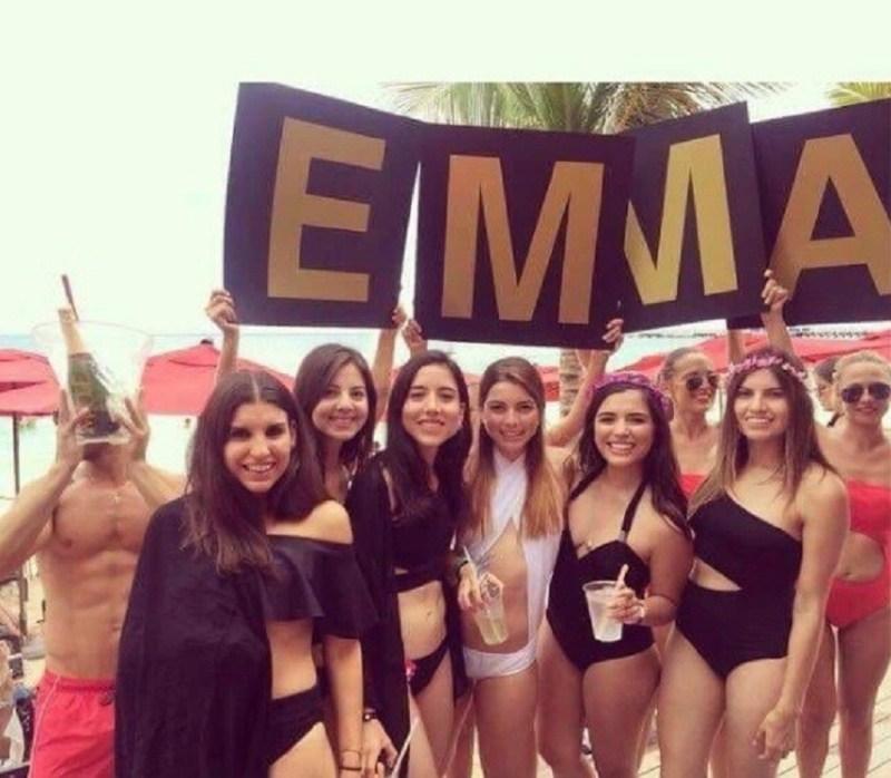 Emma (de branco) e suas amigas: uma delas teria fivulgado o vídeo. Foto: Reprodução/Twitter