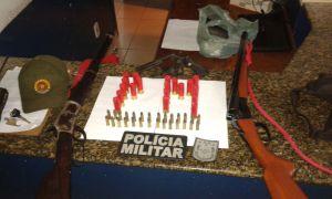 Armas e munição apreendidas com o trio.