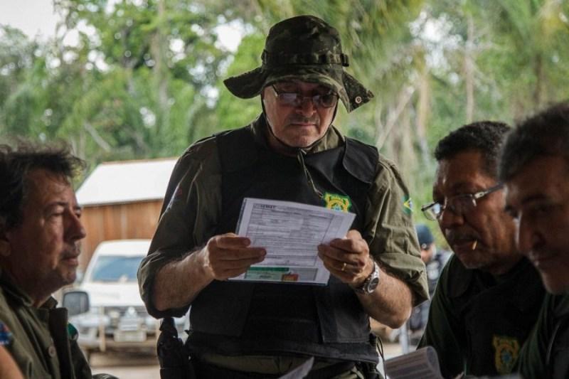 Luciano Evaristo, do IBAMA, analisa documentos durante a operação Curuá Livre, no sul do Pará.