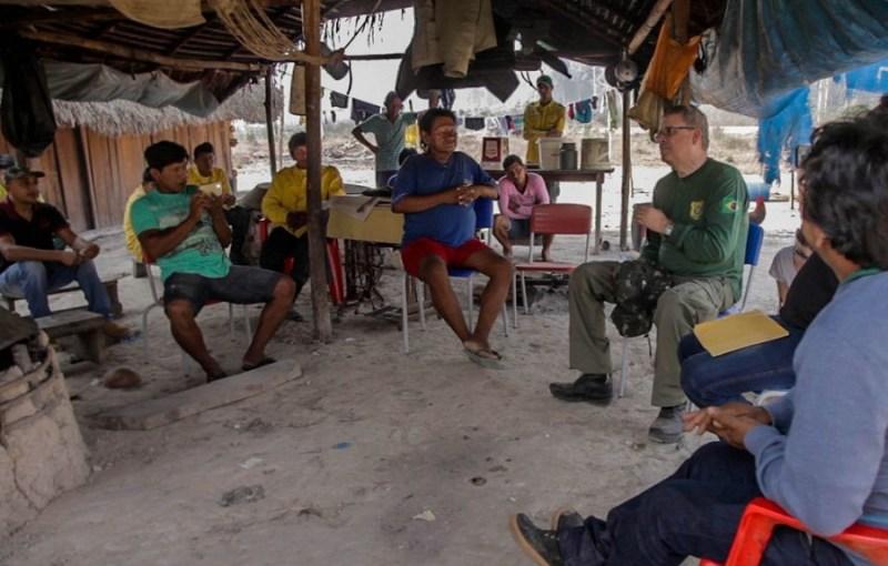 Luciano Evaristo, do IBAMA, conversa com lideranças Kayapó na Terra Indígena Mekrãgnoti.