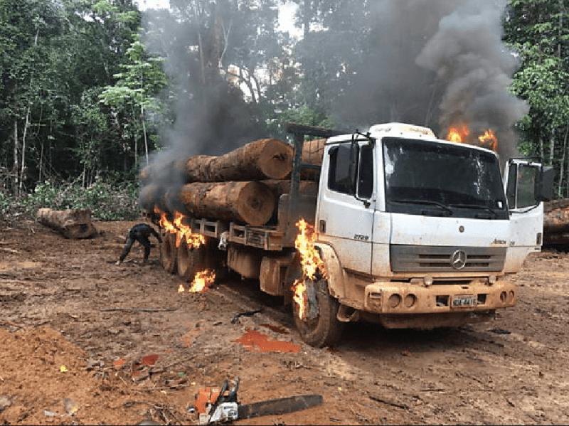 Agente do Ibama destrói caminhão-toreiro dentro da Terra Indígena Parque do Aripuanã, em Mato Grosso (FotoFabiano Maisonnave/Folha Press)