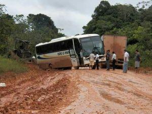 Ônibus da Ouro e Prata atolado na BR-163.
