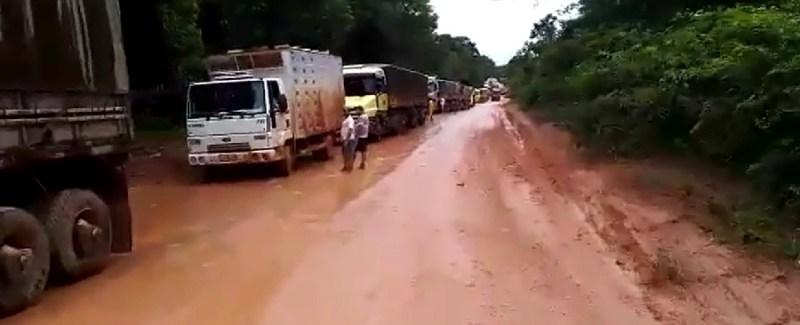 Fila de caminhões na rodovia ultrapassa os 40km de um lado para outro da rodovia BR-163 (Foto Jornal Folha do Progresso)